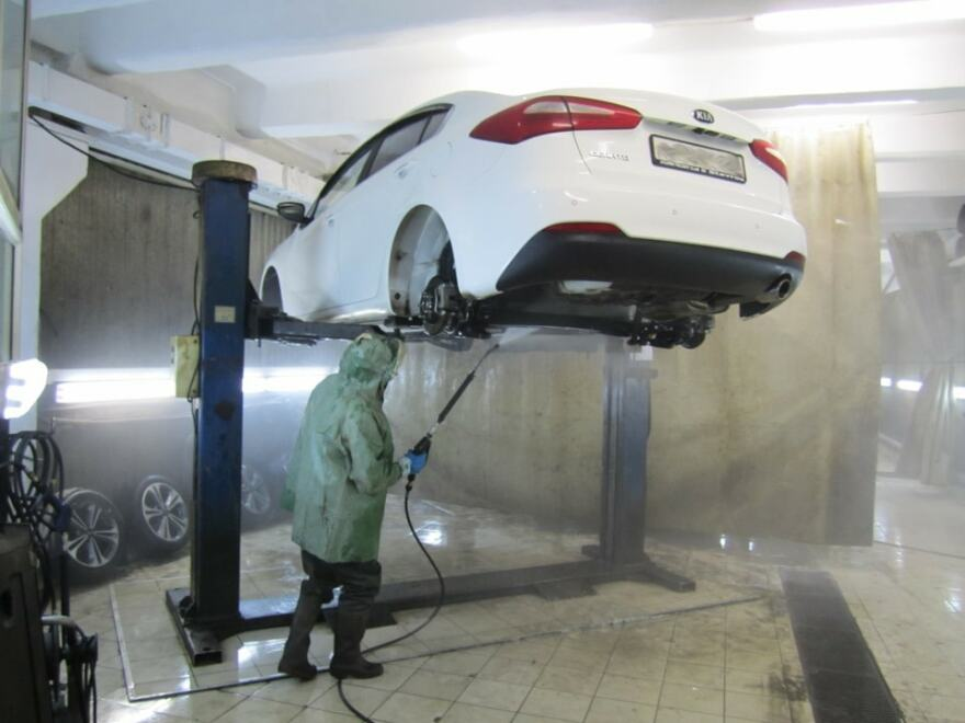 Фото процесса антикоррозийной обработки днища авто в Мурманске